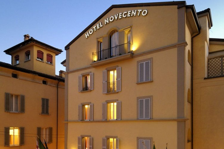 Façade  art hotel novecento bologne